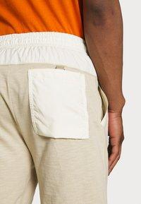 Nike Sportswear - MIX - Shorts - grain/coconut milk/ice silver/white - 6
