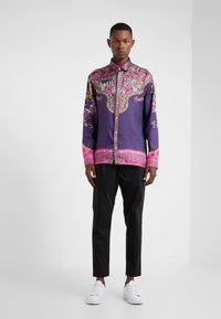Versace Collection - CAMICIE TESSUTO - Camicia - rosa scuro - 1