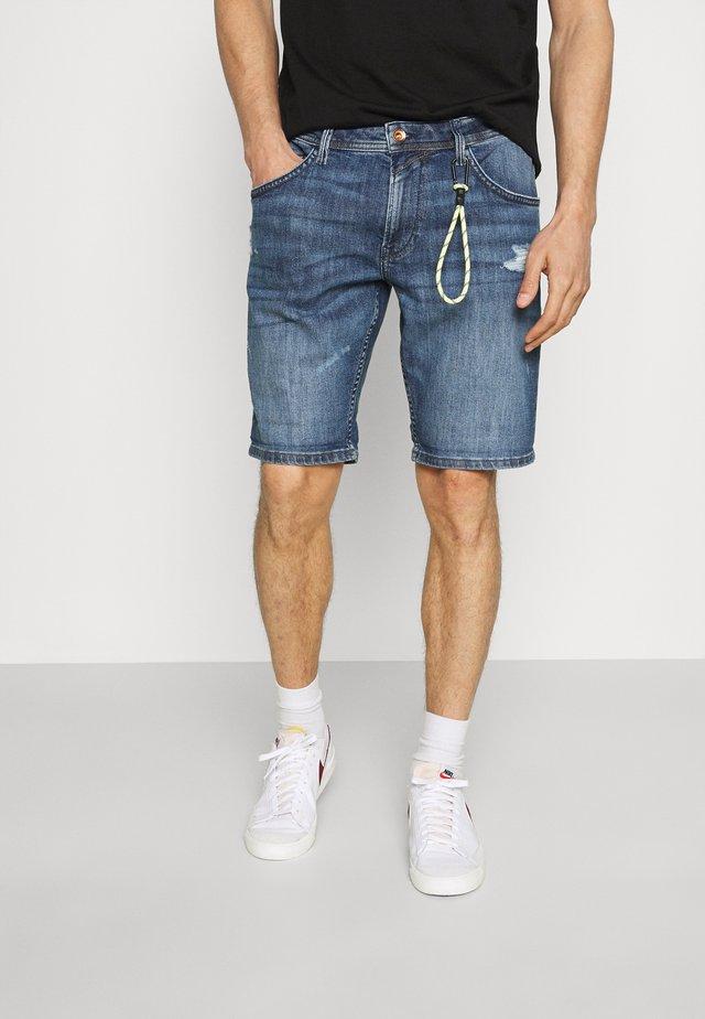 REGULAR FIT SLUB - Shorts di jeans - destroyed mid stone blue denim