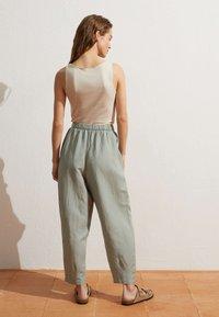 OYSHO - MIT LEINENANTEIL - Trousers - light green - 2