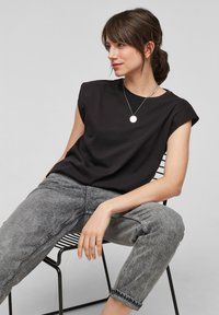 QS by s.Oliver - Basic T-shirt - black - 6