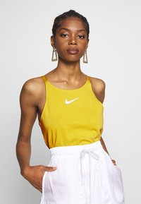 Nike Sportswear - TANK UP IN AIR - Toppi - saffron quartz/white - 0