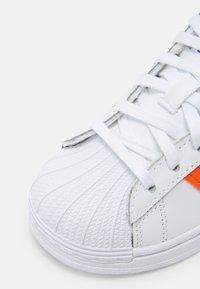 adidas Originals - SUPERSTAR UNISEX - Sneakers laag - white/blue/gold - 5