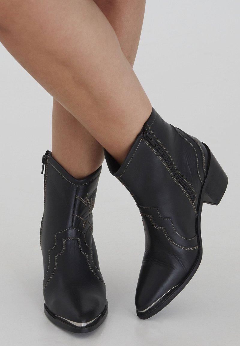 ICHI - Cowboy/biker ankle boot - black