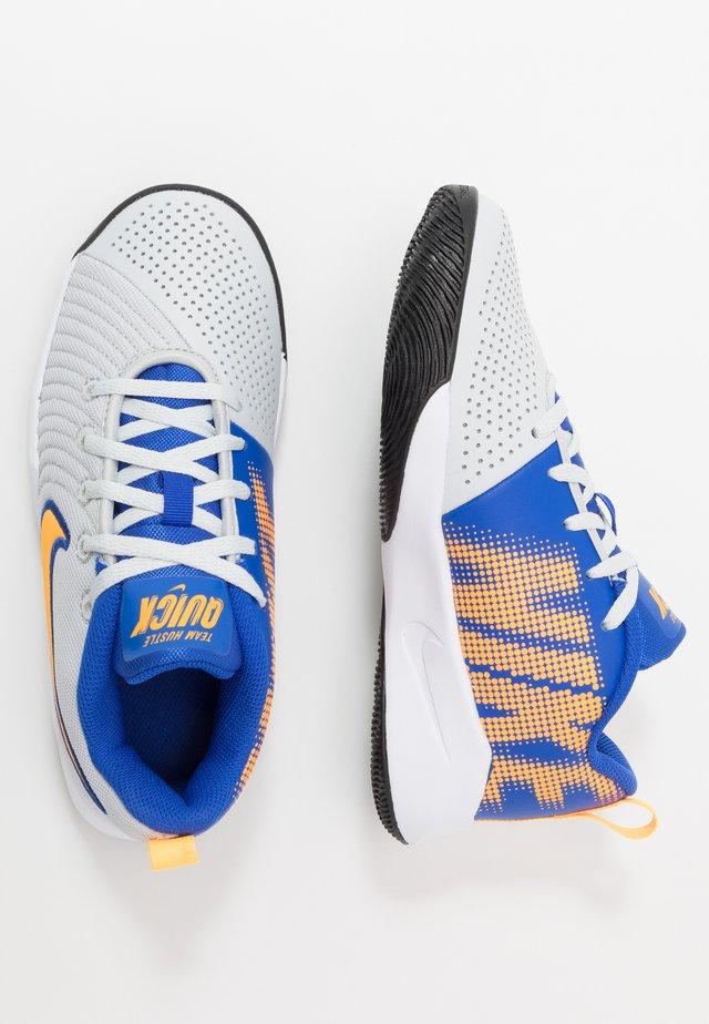 TEAM HUSTLE QUICK 2 - Basketball shoes - pure platinum/laser orange/hyper royal