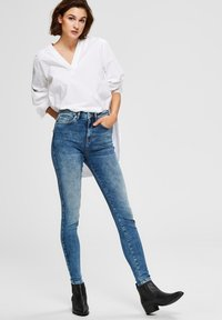 Selected Femme - SKINNY FIT JEANS HIGH WAIST - Jeans Skinny Fit - medium blue denim - 3