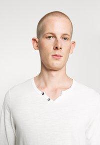 Jack & Jones - JJESPLIT NECK TEE - T-shirt à manches longues - cloud dancer - 3
