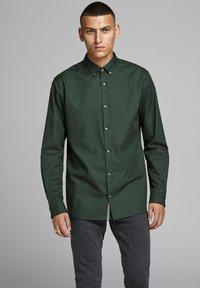 Jack & Jones PREMIUM - Koszula - dark green - 0