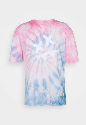 STEVE AOKI ESSENTIAL TEE - Print T-shirt - baby pink/blue