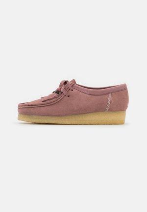 WALLABEE - Volnočasové šněrovací boty - dusty pink
