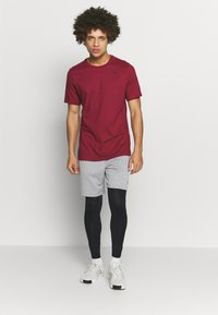 Nike Performance - TEE CREW SOLID - Basic T-shirt - noble red/pink foam - 1