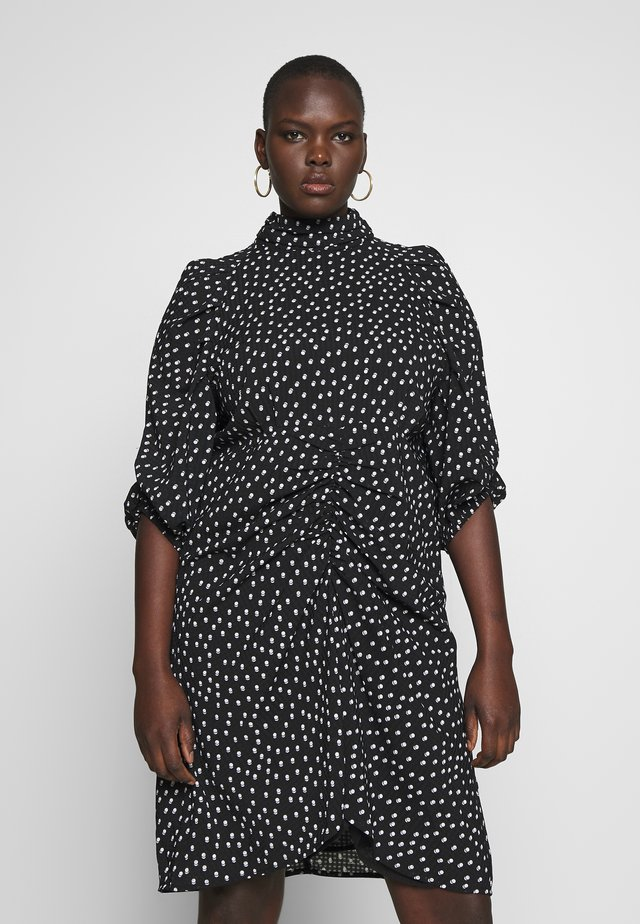 HIGH NECK RUCHED DETAIL SPOT DRESS - Hverdagskjoler - mono