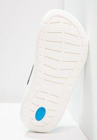 Crocs - LITERIDE RELAXED FIT - Drewniaki i Chodaki - navy/white - 4
