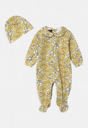 BAROQUE PRINT GIFT SET UNISEX - Sleep suit - white/gold