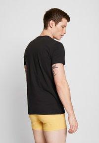 Levi's® - SOLID CREW 2 PACK - Unterhemd/-shirt - jet black - 2
