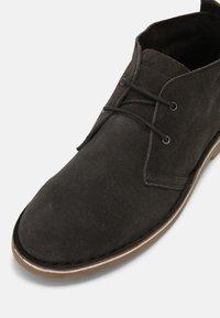 Jack & Jones - JFWBRAVO - Sznurowane obuwie sportowe - pirate black - 4