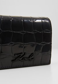 KARL LAGERFELD - SIGNATURE CROCO MINI WALLET - Peněženka - black