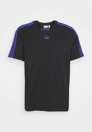 3 STRIPE TEE - Marškinėliai su spaudiniu - black/sonic ink