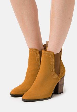 BOOTS  - High Heel Stiefelette - mustard