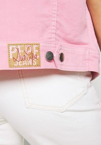 Pepe Jeans - DUA LIPA x PEPE JEANS - Vest - chewing gum - 5