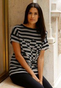 Laura Kent - Print T-shirt - schwarz lichtgrau - 1