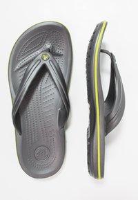 Crocs - CROCBAND FLIP UNISEX - Teenslippers - grey - 1