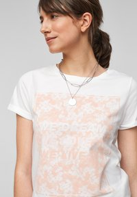 QS by s.Oliver - MIT FRONTPRINT - Print T-shirt - white - 4
