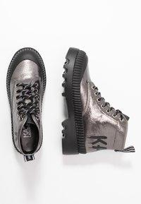 KARL LAGERFELD - TREKKA BRUSH LOGO HIKER - Boots à talons - dark metal - 3