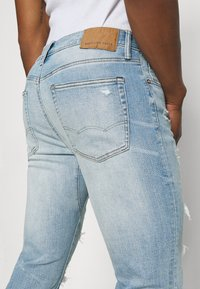 American Eagle - MEDIUM MOVE FREE - Slim fit jeans - getaway light - 5
