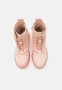 Cotton On - LACE UP COMBAT BOOT - Šněrovací kotníkové boty - peach whip - 3