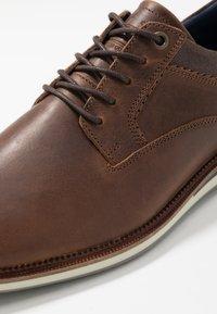 Bullboxer - Sznurowane obuwie sportowe - brown - 5