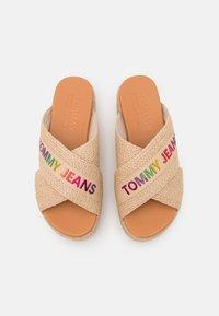 Tommy Jeans - RAINBOW BRANDING MULE FLATFORM - Heeled mules - natural - 5