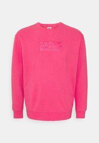Tommy Jeans Plus - TONAL LOGO CREW - Felpa - bright cerise pink - 0
