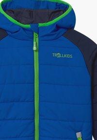 TrollKids - HAFJELL SNOW PRO UNISEX - Lyžařská bunda - navy/med blue/green - 3