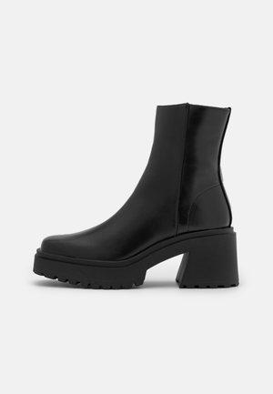 VEGAN SASKIA COMBAT SQUARE TOE HEEL BOOT - Kotníkové boty na platformě - black smooth