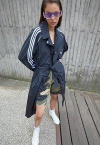 adidas Originals - TRENCH ORIGINALS ADICOLOR PRIMEGREEN COAT - Trenchcoat - black - 1