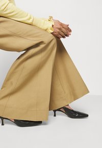 Victoria Beckham - WIDE BOOTCUT TROUSER - Trousers - taupe - 5