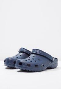 Crocs - CLASSIC UNISEX - Badesandale - navy - 2
