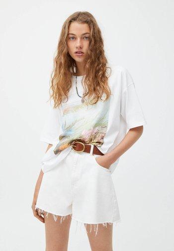 MIT RUNDAUSSCHNITT - Print T-shirt - white