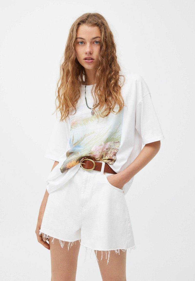 PULL&BEAR - MIT RUNDAUSSCHNITT - Print T-shirt - white
