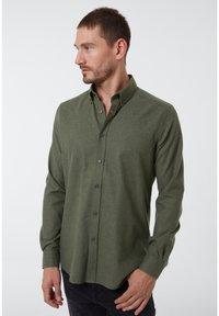 Auden Cavill - Shirt - dunkelgrã¼n - 0