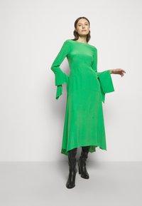 Victoria Beckham - HANKERCHIEF SLEEVE MIDI - Cocktailklänning - emerald green - 1