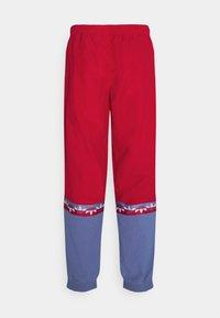 adidas Originals - SLICE TREFOIL ADICOLOR PRIMEGREEN ORIGINALS SLIM TRACK - Pantalones deportivos - scarlet/crew blue - 6