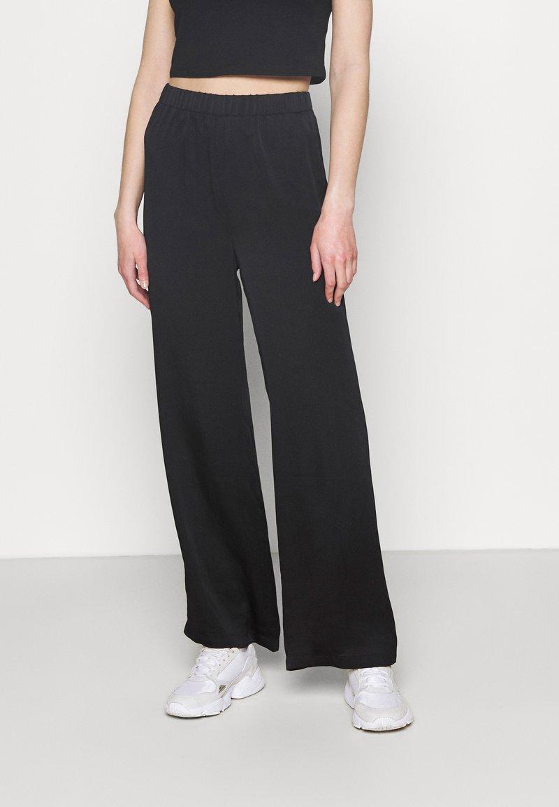 NA-KD - MATIAMU BY SOFIA X STRUCTURED WIDE LEG PANTS - Trousers - black