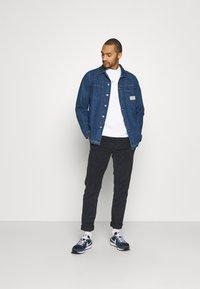 Nike Sportswear - REPEAT CREW - Long sleeved top - white/light smoke grey - 1