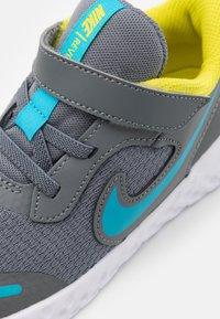 Nike Performance - REVOLUTION 5 UNISEX - Hardloopschoenen neutraal - smoke grey/chlorine blue/high voltage/white - 5