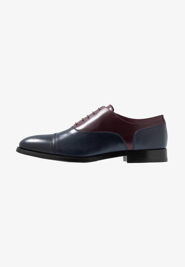 KING ELASTIC TOECAP OXFORD - Lace-ups - navy/bordo