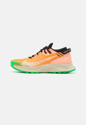 PEGASUS TRAIL 2 - Zapatillas de trail running - kumquat/crimson tint/black/atomic pink/vapor green/green spark