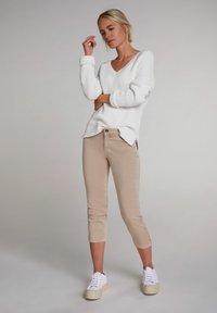 Oui - MIT BREITEM SPORTLICHEM BUND - Trousers - beige - 1