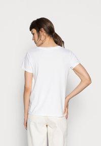 Levi's® - PERFECT V NECK - T-shirt z nadrukiem - white - 2